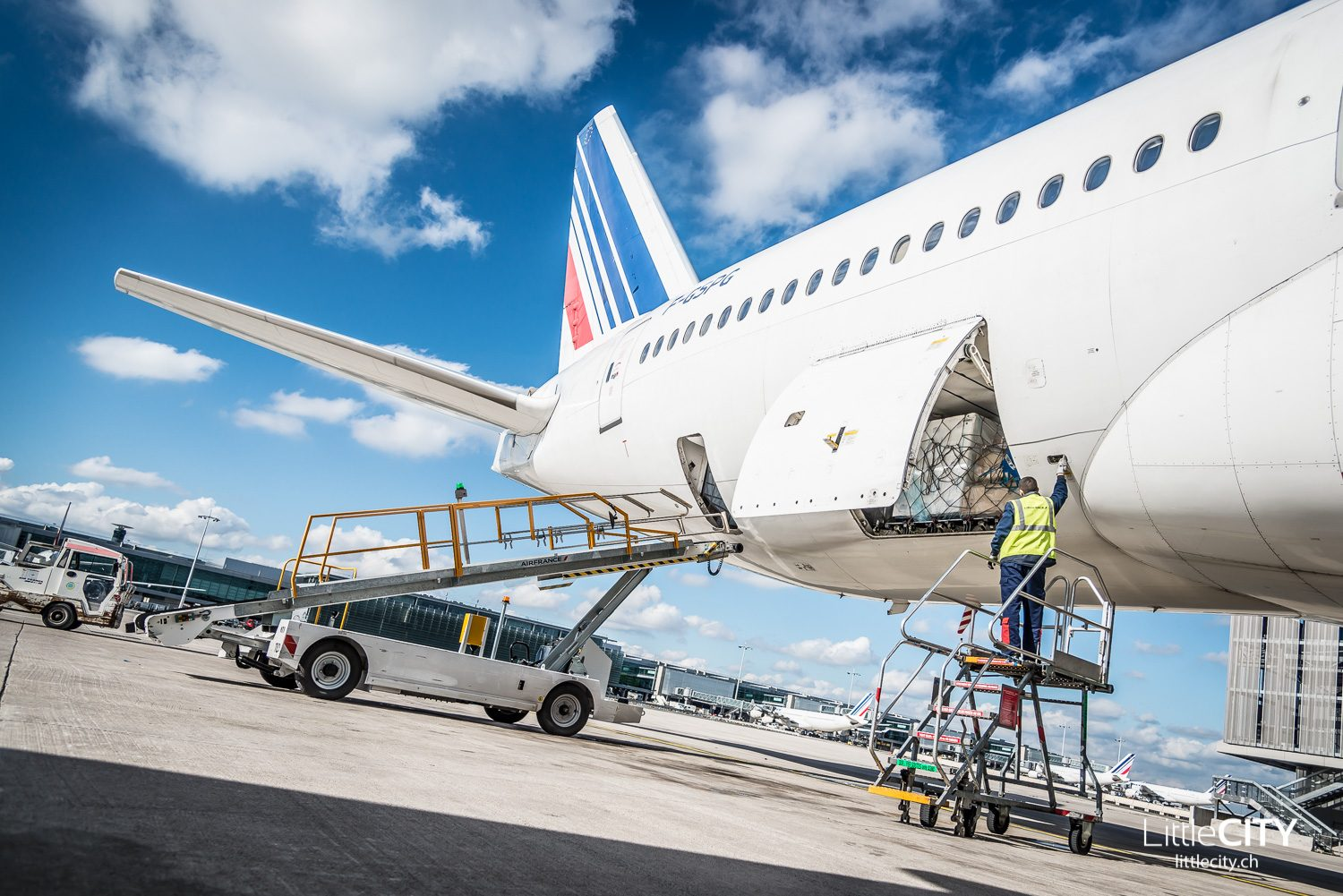 Air France Boeing 777 Pushback - Luggage Behind the Scenes CDG Paris