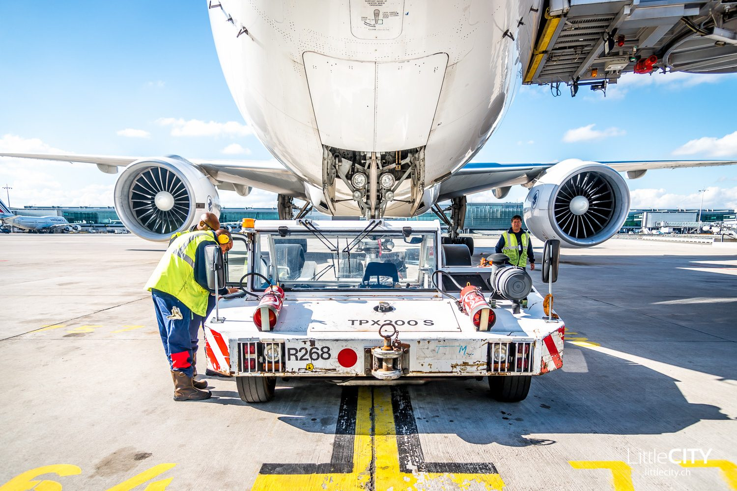 Pushback Car Boeing 777 Air France in Paris