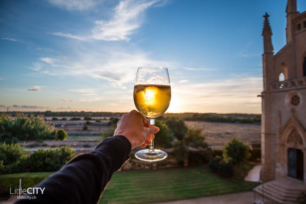 Mallorca Reisetipps - Weisswein und Sonnenuntergang