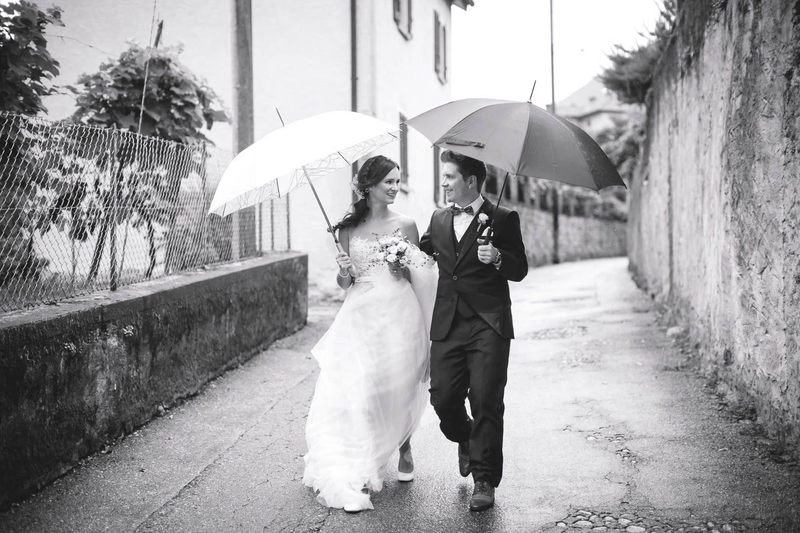 Hochzeit Tessin regen Fotoshooting mit Regenschirmen