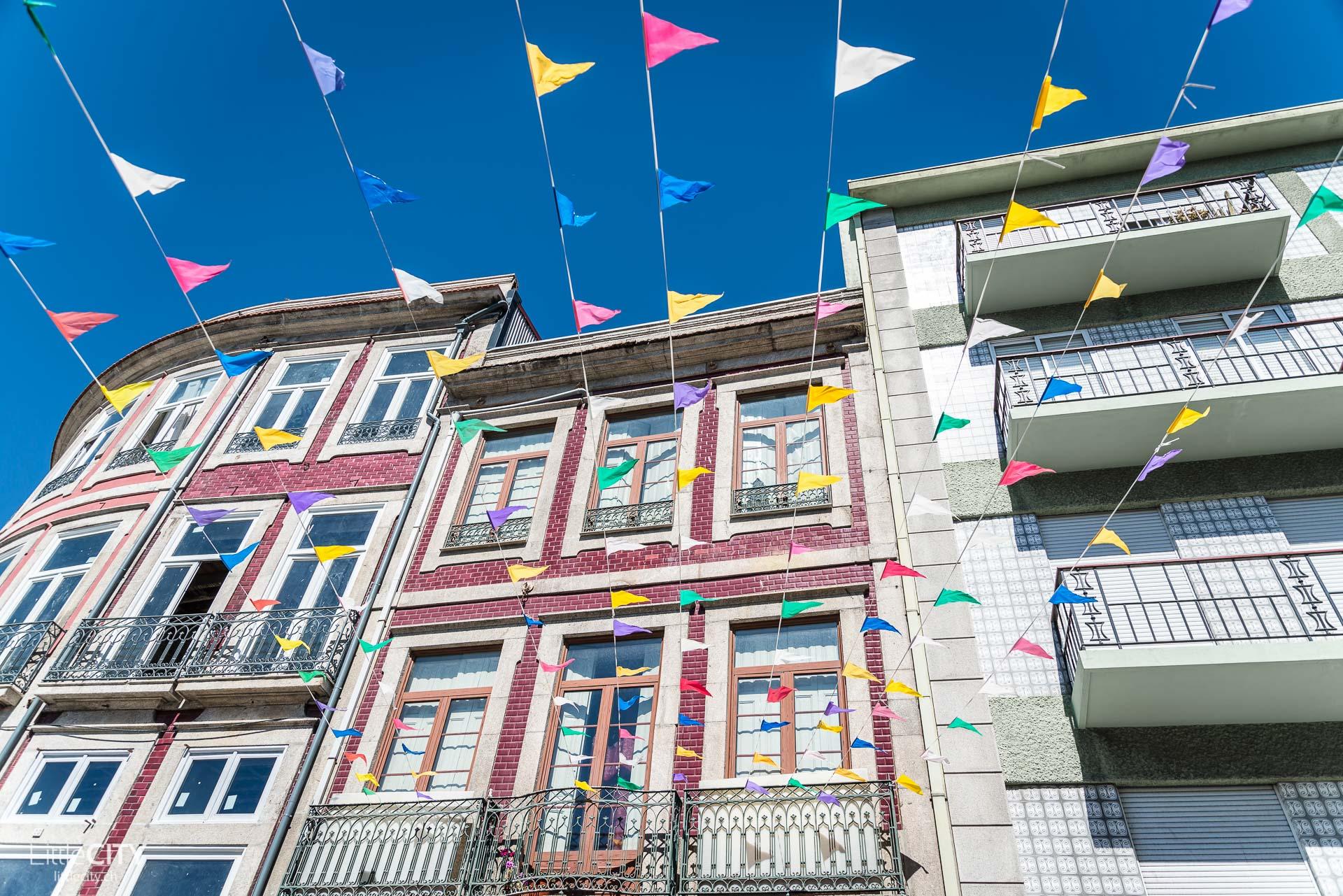 Porto Portugal Häuser mit Fähnchen-1