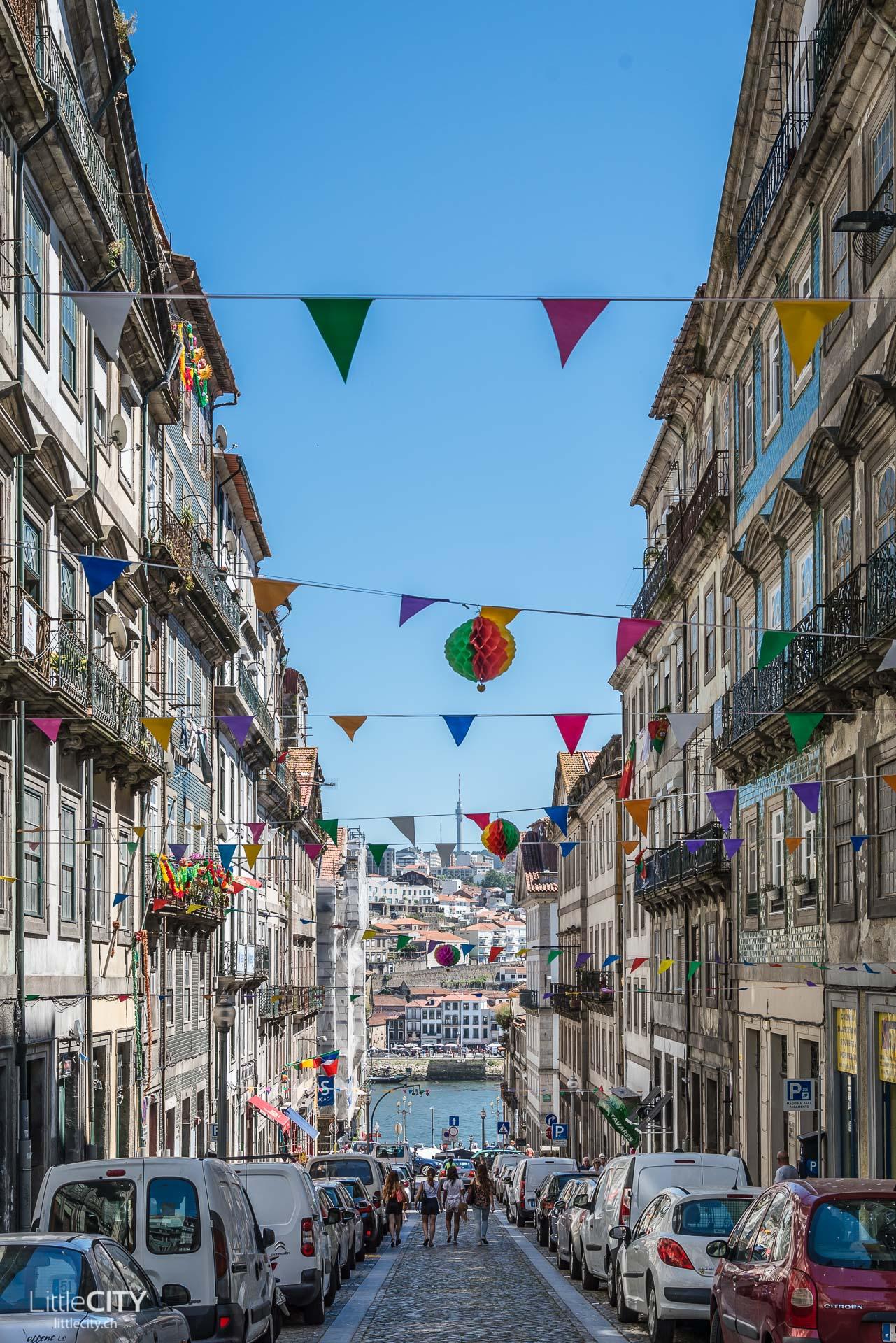 Porto Städtetrip farbige Gasse-1
