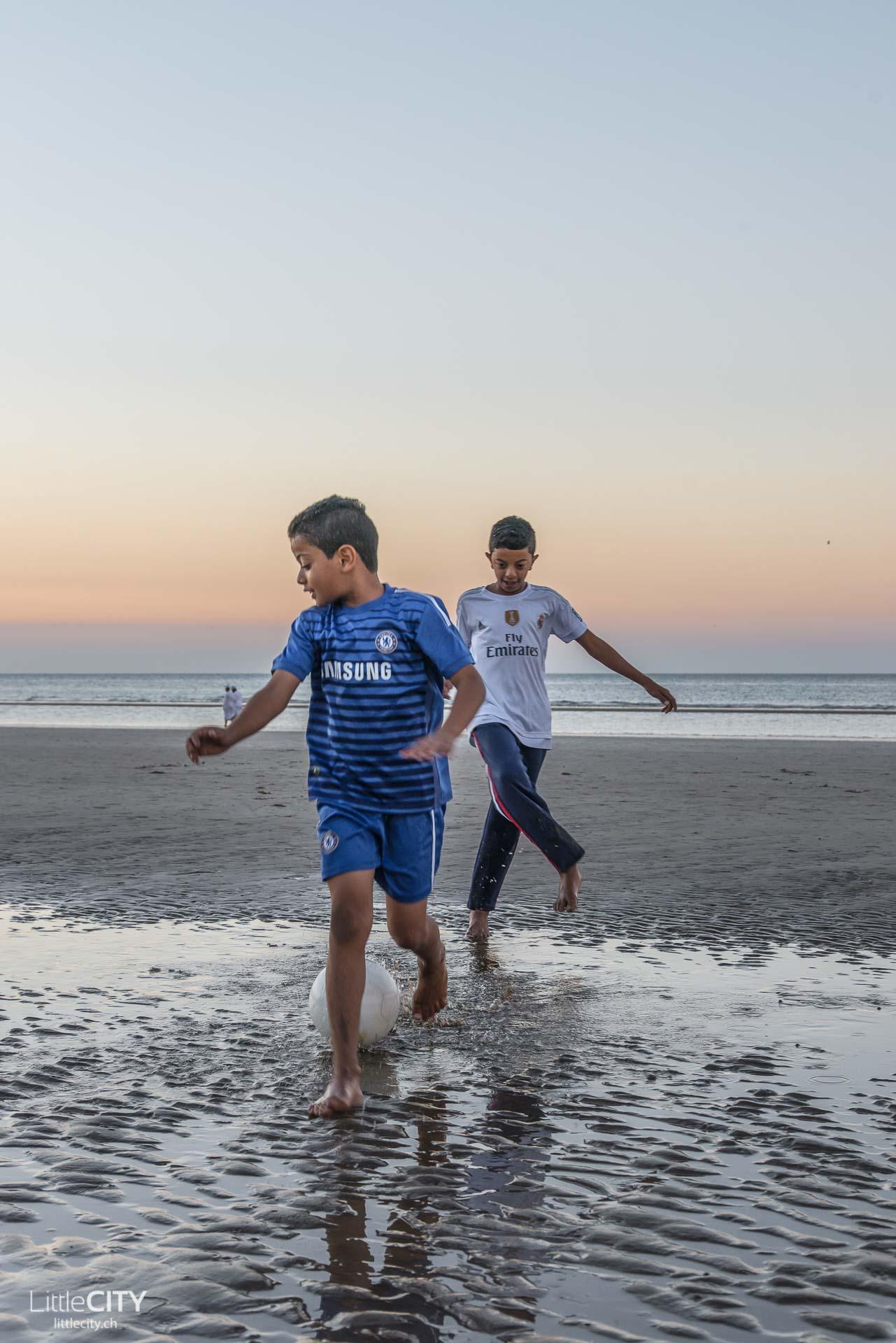 maskat-oman-al-qurum-beach-kinder