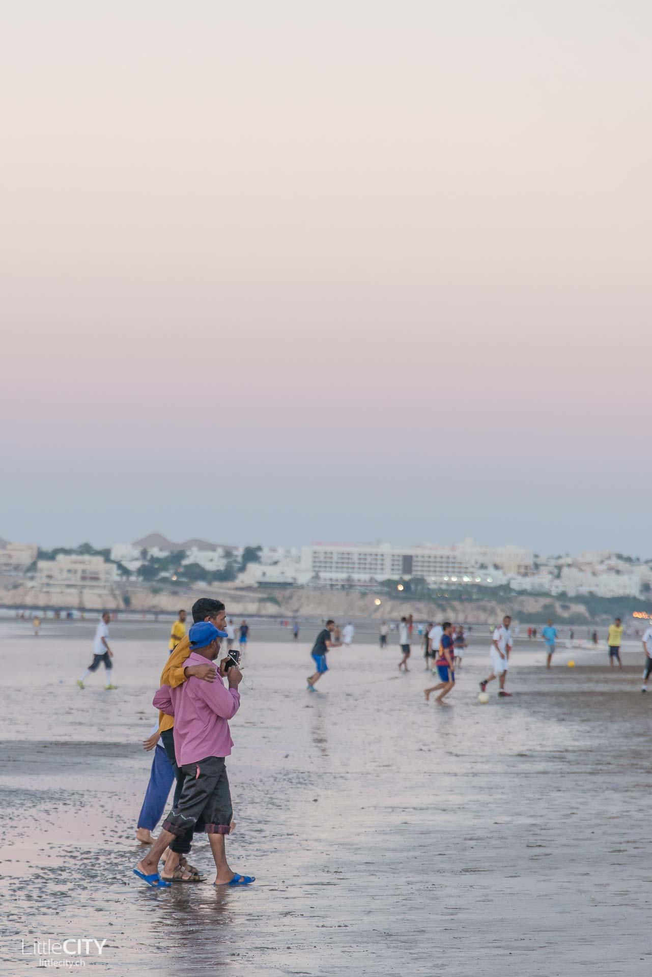maskat-oman-al-qurum-beach-maenner