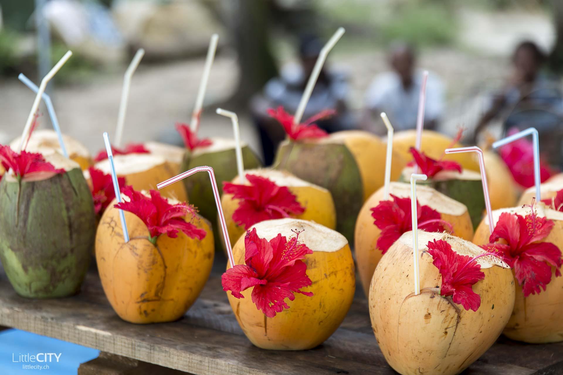 seychellen-mahe-bon-vallon-rote-kokosnuss