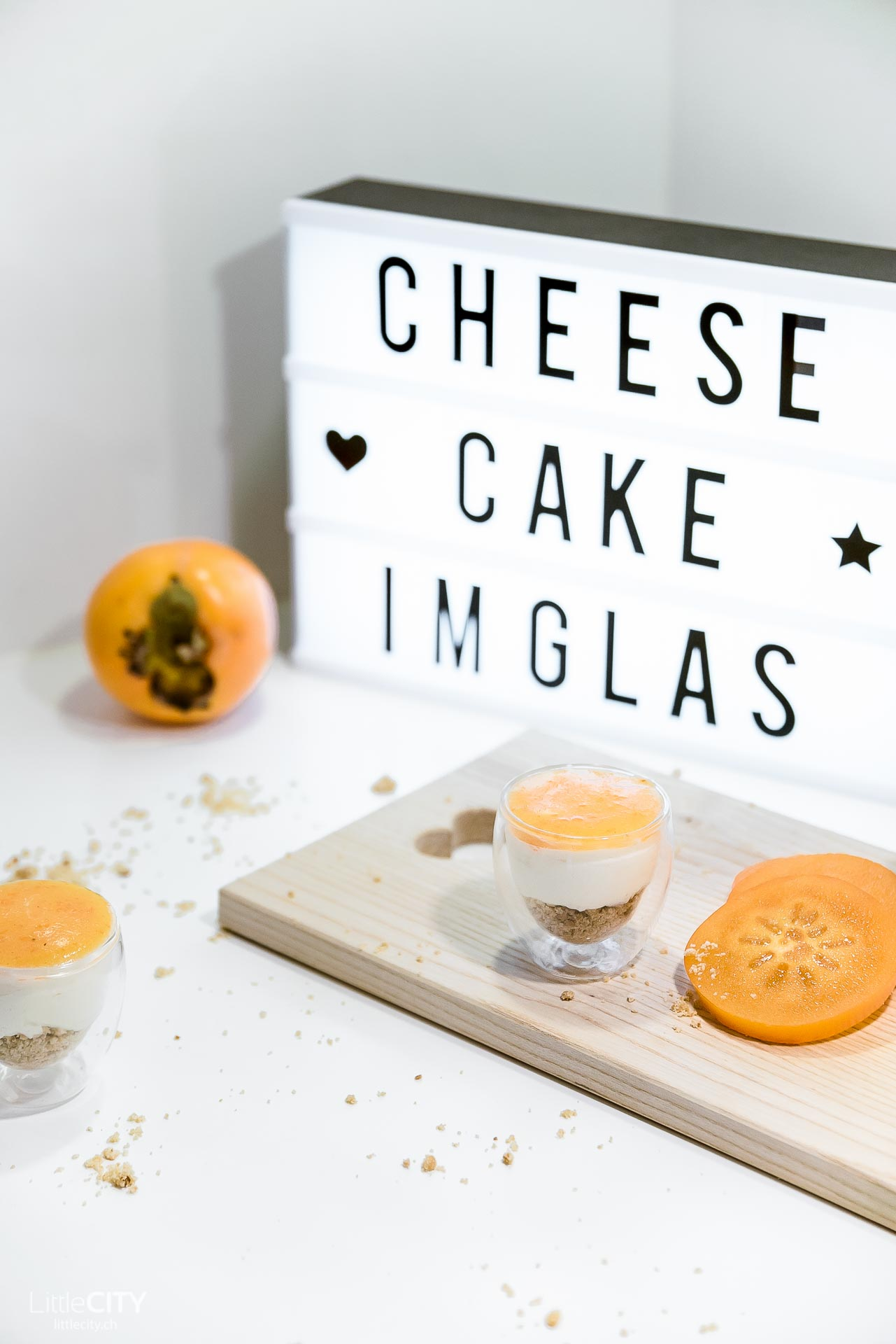 Cheesecake Dessert im Glas mit Kaki