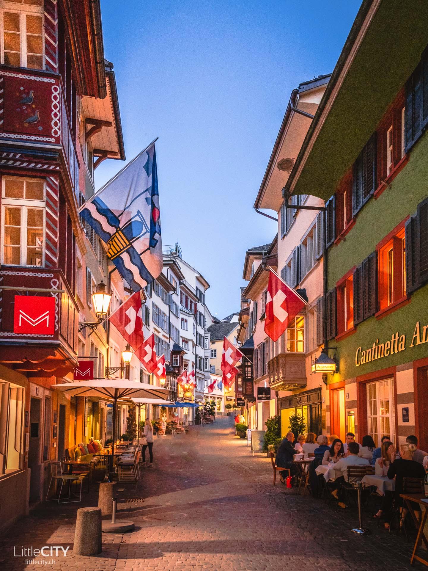 Zürich Sehenswürdigkeiten Augustinergasse Fahnen