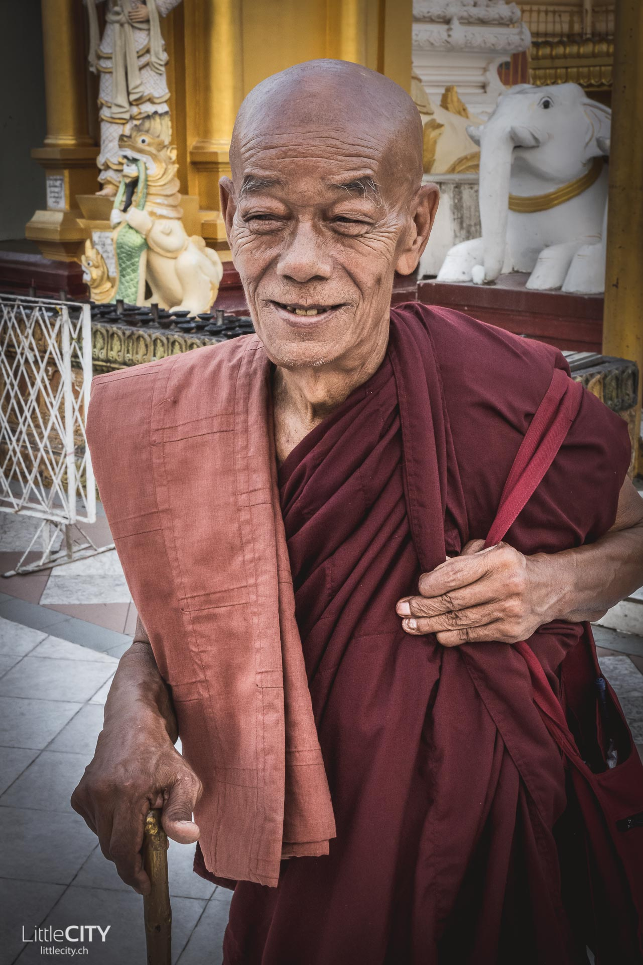 Shwedagon Pagoda Yangon Mönch