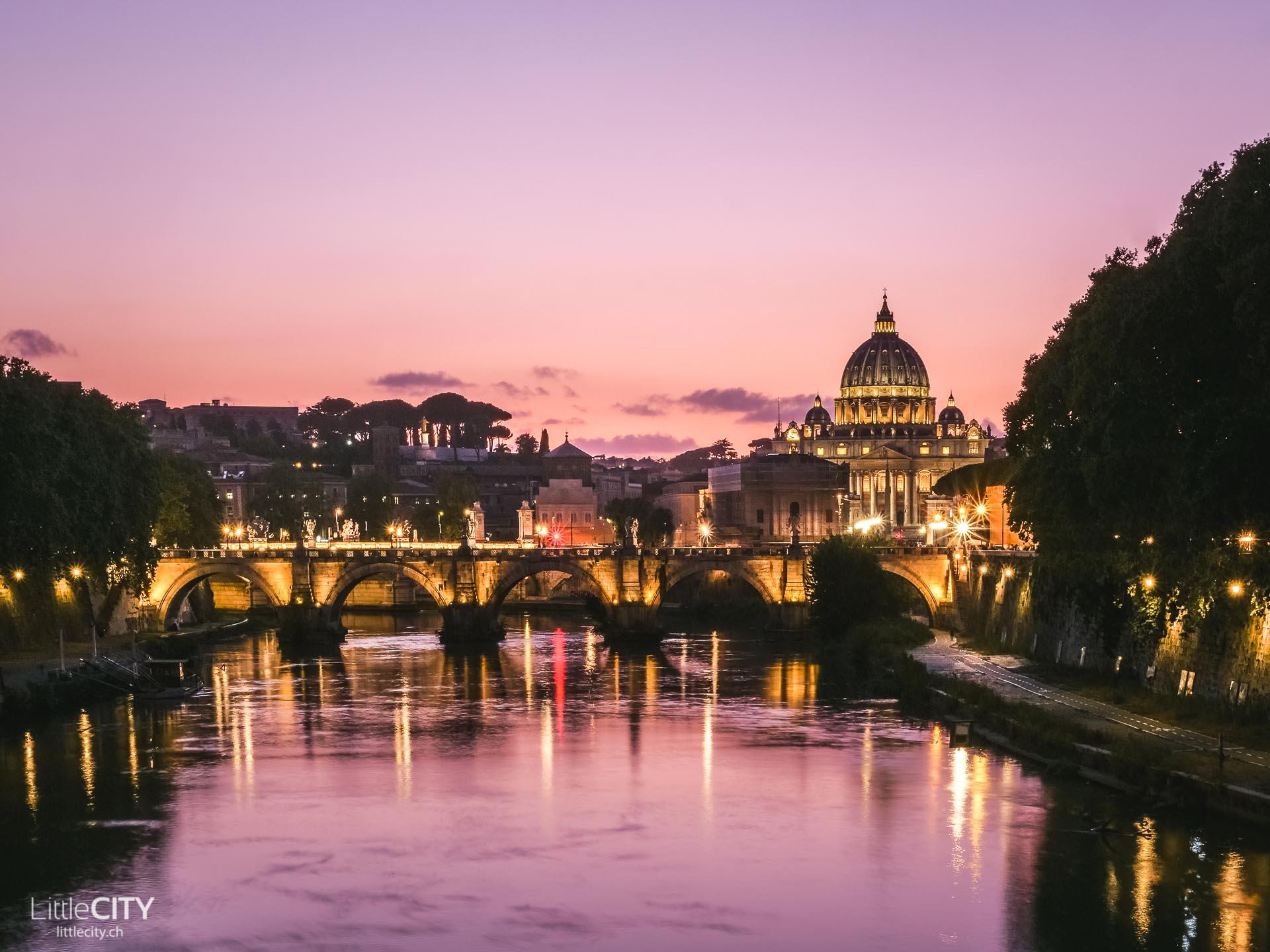 Petersdom am Tiber bei Sonnenuntergang in Rom - Reisetipps