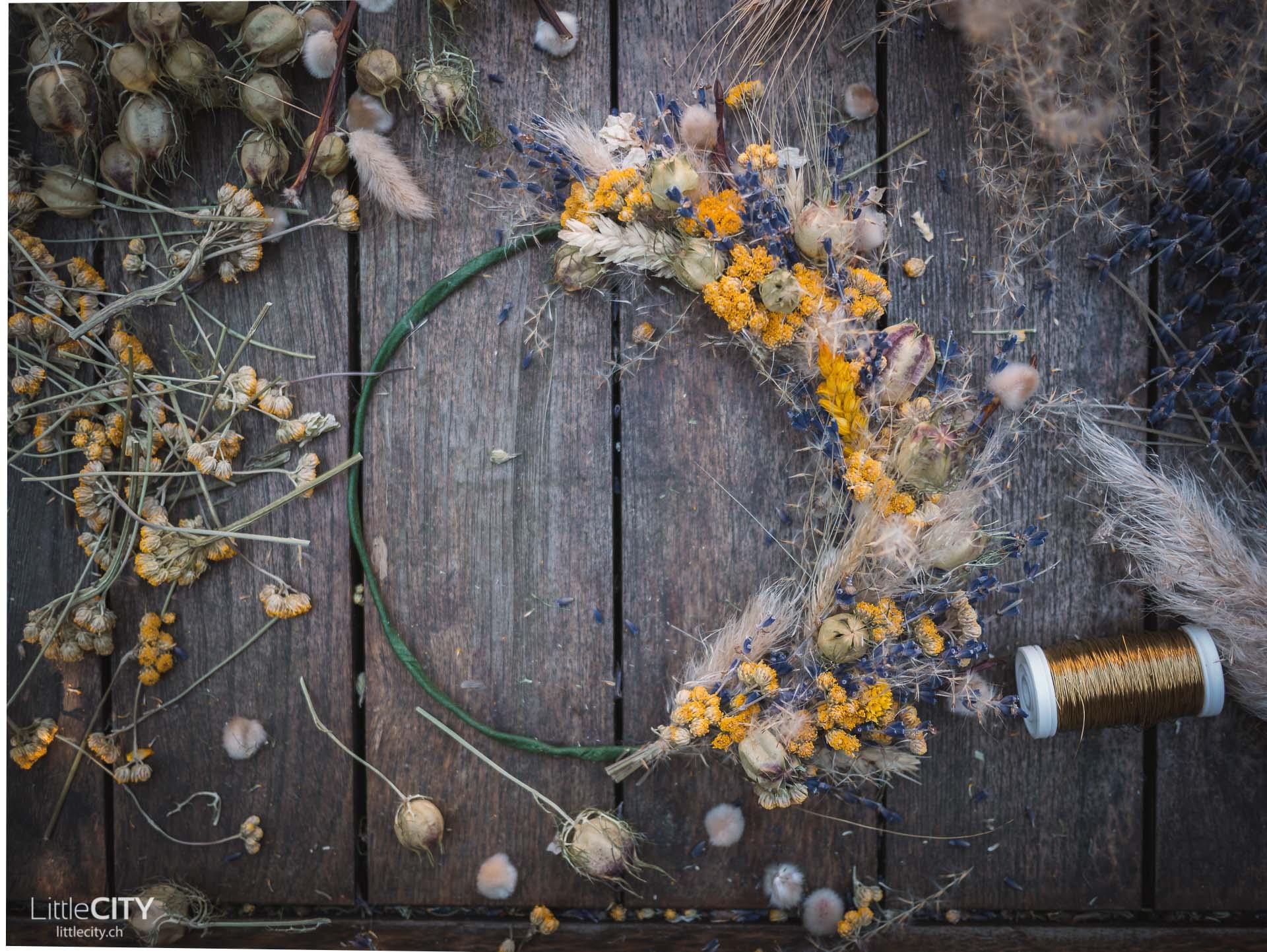 Kranz aus Trockenblumen Bastelanleitung