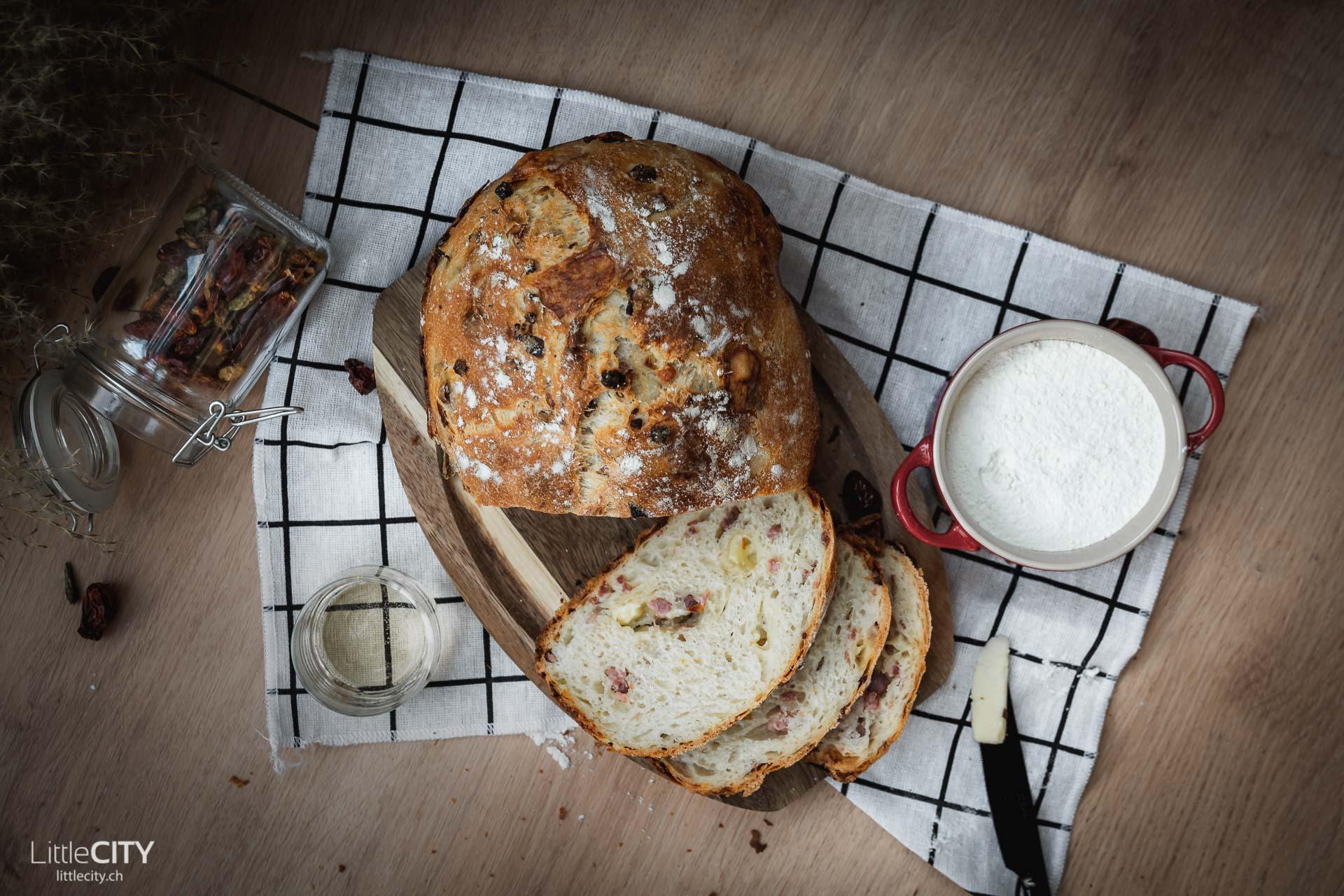 Speck Käse Brot mit Zwiebeln Rezept